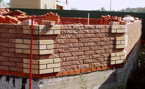 Процесс возведения кирпичной стены