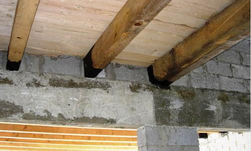 Опирание деревянной балки на кирпичную стену