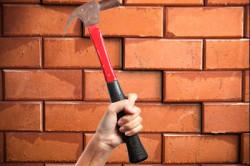 Демонтаж кирпичной стены молотком