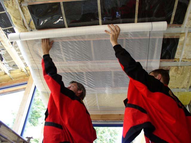 Укладка пароизоляционного слоя на потолок