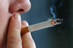 Курение - одна из причин возникновения обильной мокроты